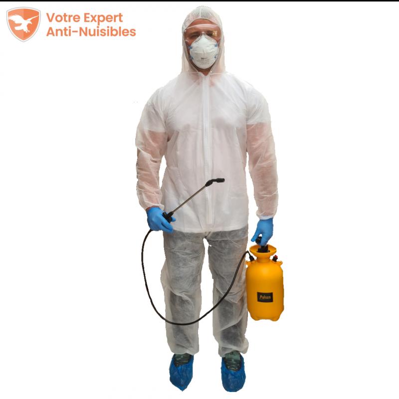 Homme portant les équipements de protection vue de face, pulvérisateur et lance en main.